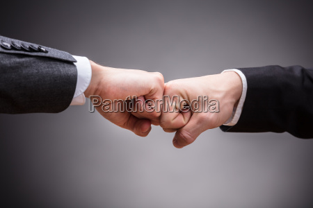 due uomini daffari che fanno pugno