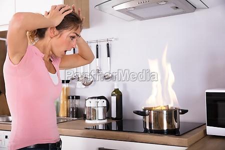 donna cucina cucinare fuoco incendio male