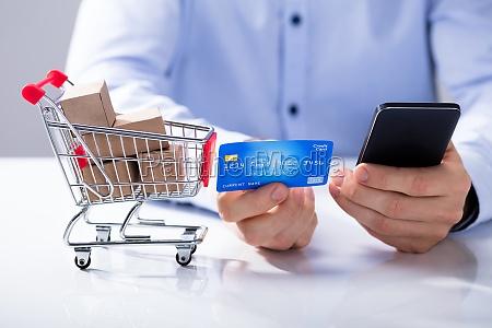 uomo utilizzare carta di credito per