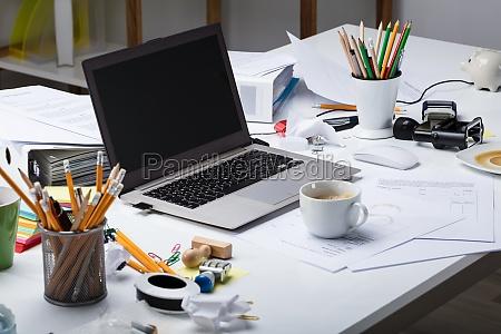 laptop e tazza di caffe sopra