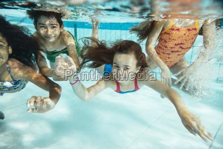 ritratto di bambini felici nuotare sottacqua