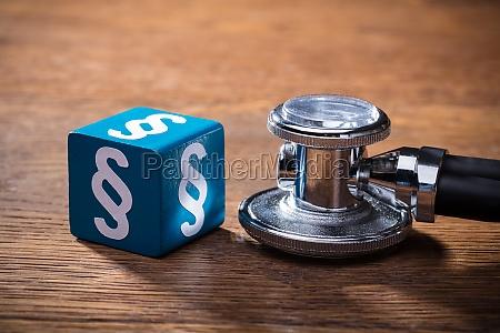 blocco paragrafo blu e stetoscopio