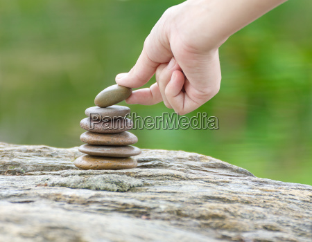 mano messo pietra costruzione un mucchio