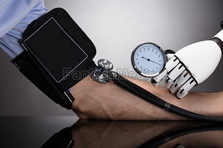 robot che controlla la pressione sanguigna
