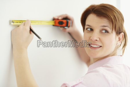 woman using measuring tape