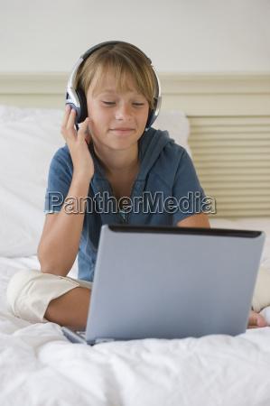 ragazza che ascolta la musica sul