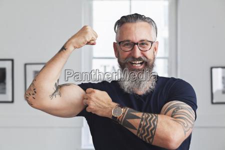 chiuda in su di uomo hipster