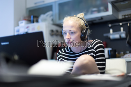 donna studiare studio ufficio portatile computer