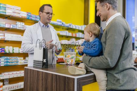 farmacista che consiglia il padre con