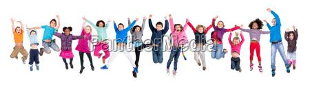 bambini che saltano isolati