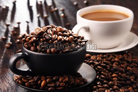 composizione con due tazze di caffe