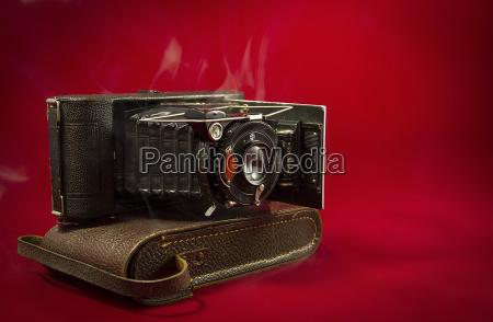 nostalgische balgenkamera auf der kameratasche