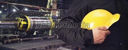 lavoratore con casco di sicurezza