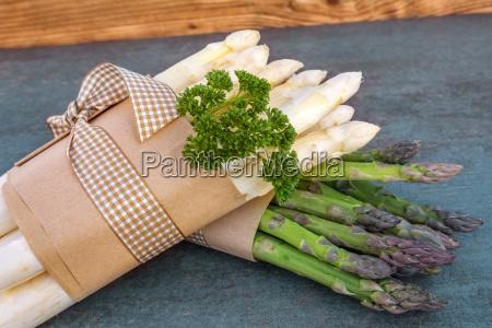 cibo verdura crudo legato asparago fascio