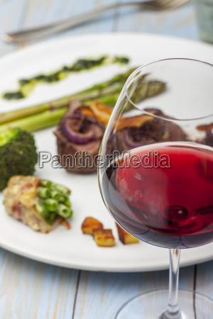 vino rosso e una bistecca