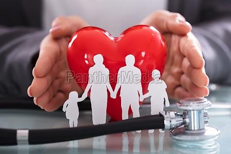 primo piano di stetoscopio e famiglia