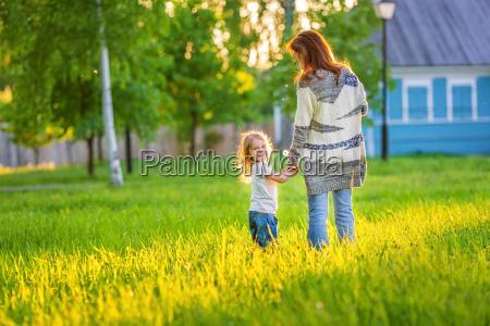 madre e piccola figlia in primavera