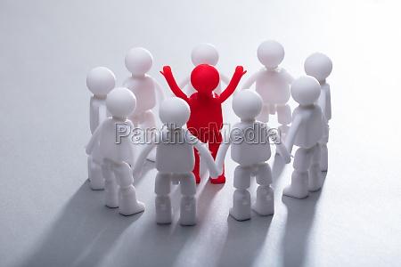 figura umana rossa circondata dal team