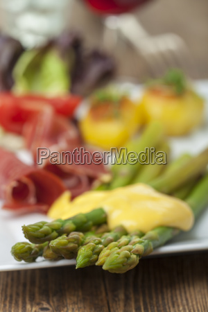 asparagi verdi con salsa hollandaise su