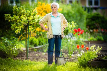 senior donna facendo un po di