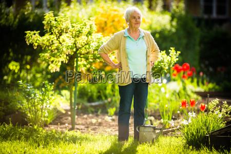 donna giardino giardinaggio attivita irrigazione anziano