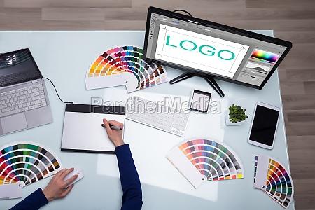 mano scrivania colore grafico guardare osservare