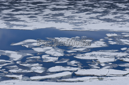 ice floes on sysenvatnet lake hardanger