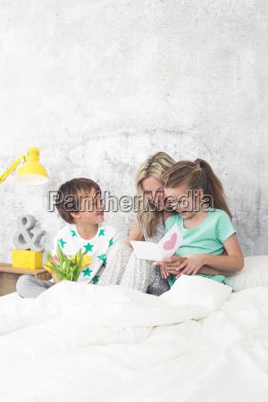happy family i bambini si congratulano