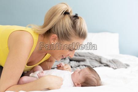 bella giovane madre con camicia gialla