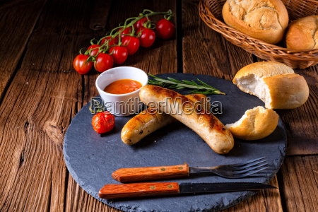 bratwurst rustico con ketchup e panini