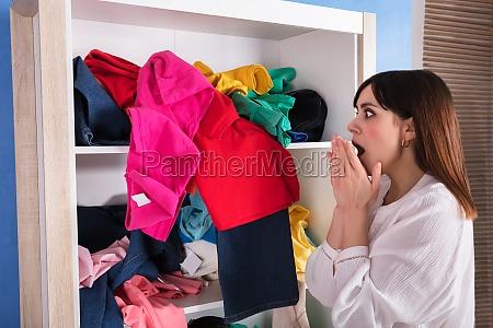 donna guardare osservare scioccato vestiti lavanderia
