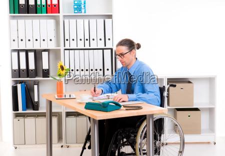 uomo daffari disabili in sedia a