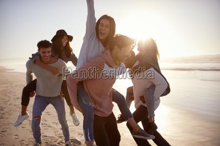 gruppo di amici che hanno piggyback