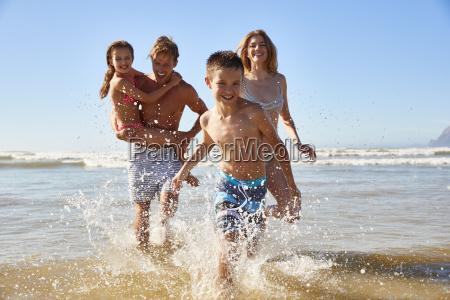 famiglia sulla spiaggia destate vacanza esaurisce