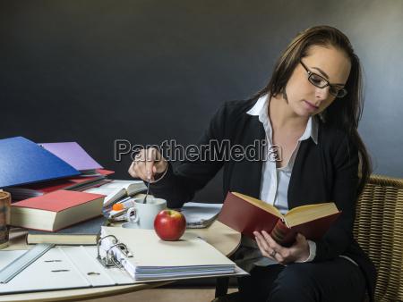 donna insegnante professore maestro scrivania lavagna