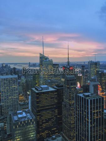 vista dellangolo alto delle costruzioni illuminate