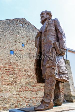 economista storico citta monumento statua attrazione
