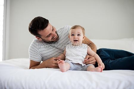 padre che gioca con la sua