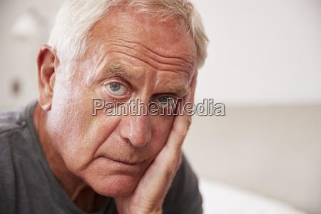 uomo senior che si siede sul