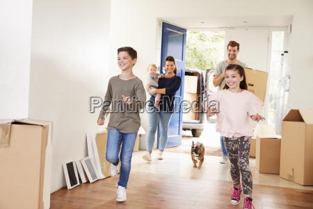 famiglia, che, trasporta, le, scatole, nella - 25110934