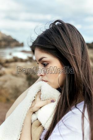 triste giovane donna sulla spiaggia