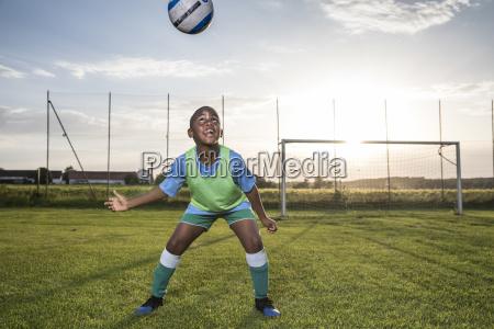 giovane giocatore di calcio a capo