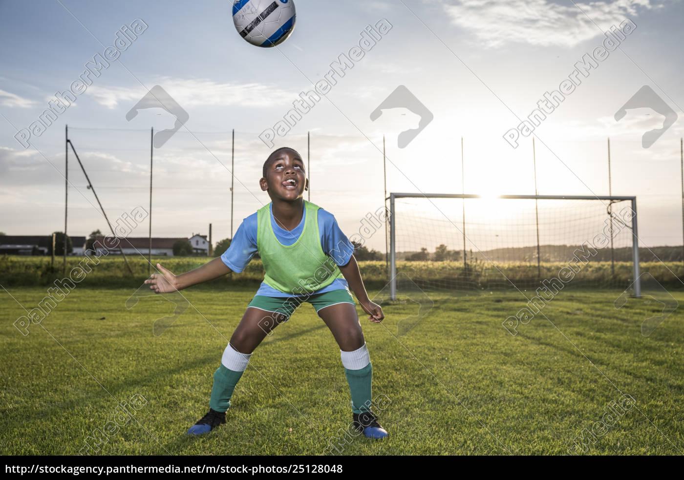 giovane, giocatore, di, calcio, a, capo - 25128048