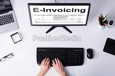 businessperson preparazione fatturazione elettronica fattura sul