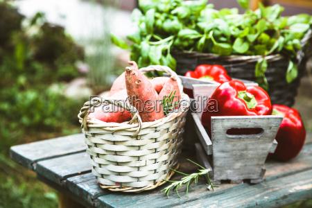 verdure fresche su legno