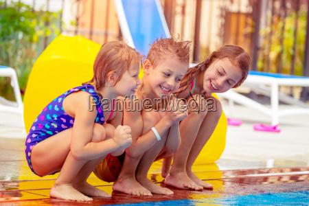 bambini felici vicino alla piscina