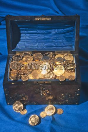 petto pieno di monete doro su