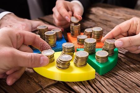 gli uomini daffari impilano le monete