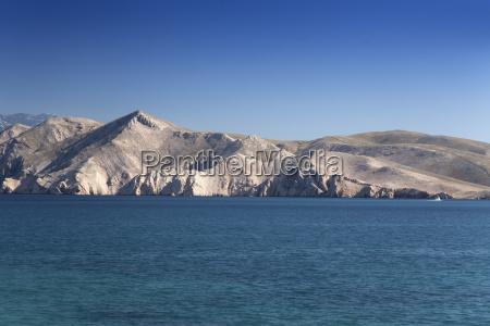paesaggio montuoso sulla costa di krk