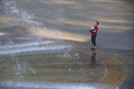 equipaggi giudicare un ragazzo dalla fontana